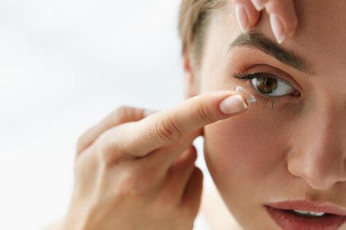 soczewki kontaktowe suche oczy